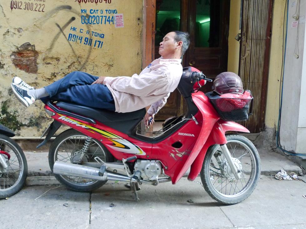 alternatywa dla łóżka- scenka na ulicy w Hanoi